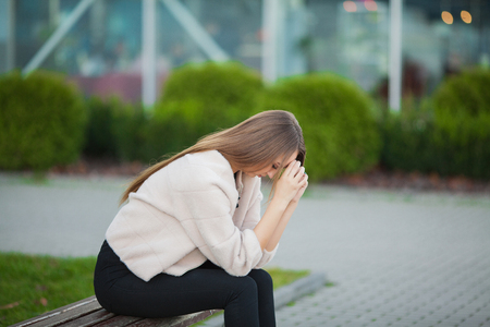 Stress da donna. Ritratto di ragazza vittima di bullismo che si sente sola e preoccupata