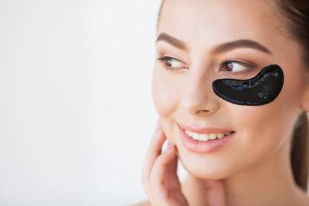 Hautpflege-Maske. Frau mit schwarzen Flecken Standard-Bild