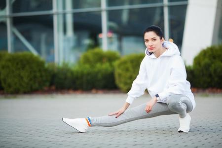 Fitness-Frau, die Training im Stadionhintergrund macht