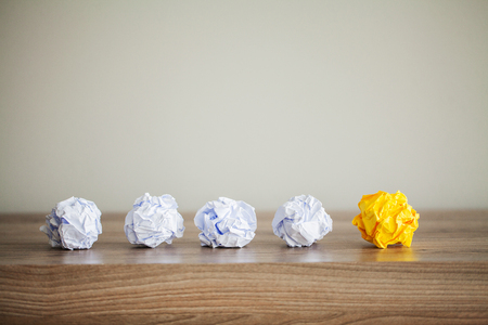 Creative idea concept. Crumpled paper balls on wood background Banque d'images