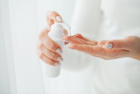 Médecine à base d'herbes. Le scientifique, le dermatologue fabrique le produit cosmétique biologique aux herbes naturelles en laboratoire. Concept de soins de la peau sain de beauté. Crème, Sérum.