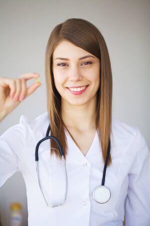 Geneesmiddel. Jonge vrouwelijke arts in moderne kliniek