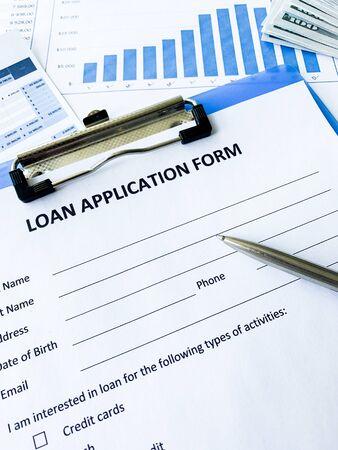 Documento de formulario de solicitud de préstamo con gráfico en la tabla Foto de archivo