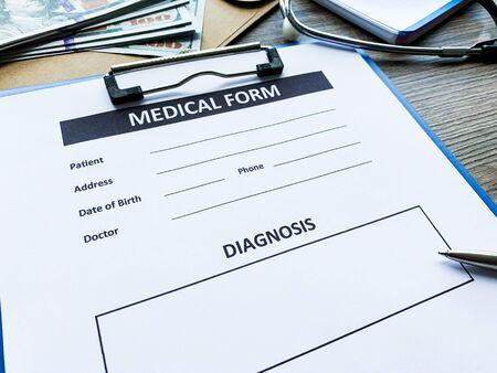 Modulo medico con i dati del paziente sulla scrivania dei medici