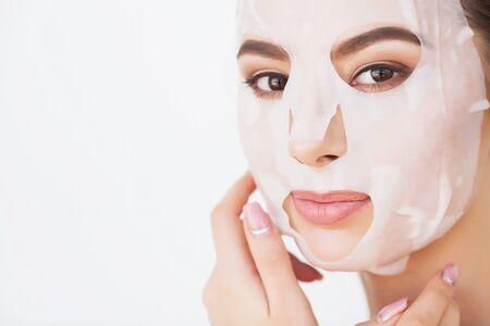 Spa mujer aplicando máscara de limpieza facial. Tratamientos de belleza