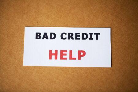 Mauvais crédit, écrit sur une feuille de papier blanche