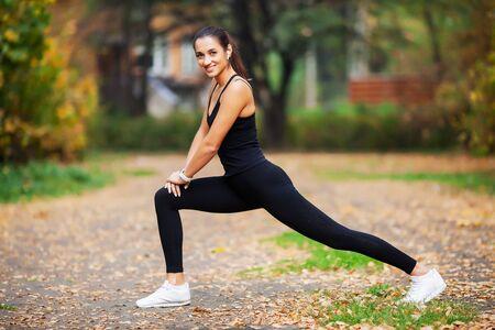 Fitness. Frau macht Dehnübungen im Park