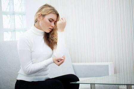 mooie vrouw die pijn voelt in ellebogen en arm Stockfoto