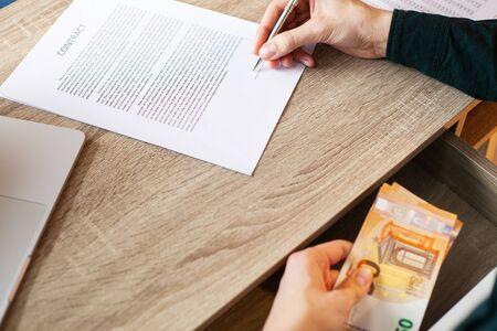 Homme d'affaires donnant de l'argent tout en concluant un accord pour un contrat immobilier et une société financière Banque d'images