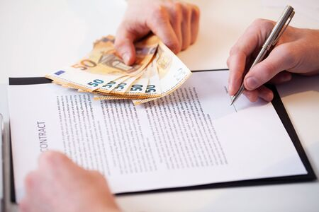 Civil servant receives a bribe for facilitating the signing of the contract. Stockfoto