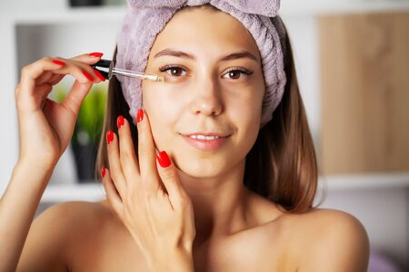 Women skin care, cosmetic oil vitamins to restore facial skin Banque d'images