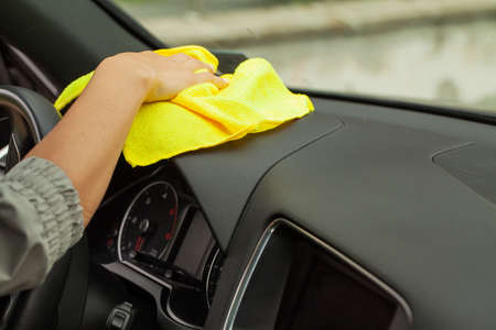 Hand with yellow microfiber cloth polishing car Banque d'images - 158417142