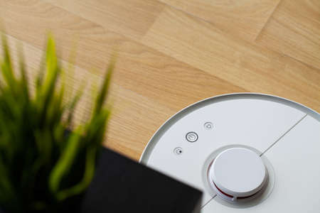 Robot vacuum cleaner performs automatic cleaning of the apartment at a certain time. Smart home. Banque d'images - 158417198