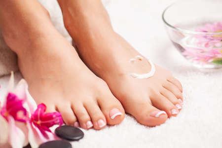 Closeup photo of a female feet at spa salon on pedicure procedure Foto de archivo