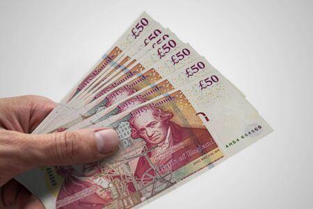 Livres sterling en main. Plusieurs billets de banque du Royaume-Uni
