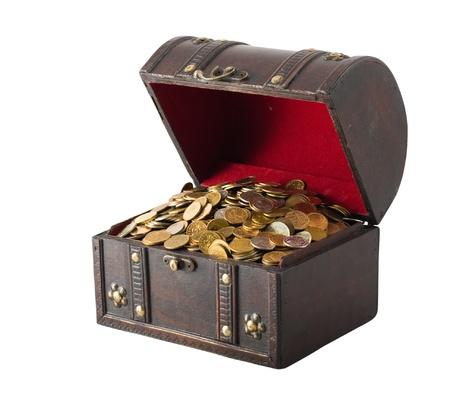 cofre del tesoro: Pecho madera antigua con monedas de oro aisladas sobre el fondo blanco