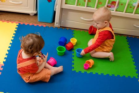 bébé joue dans une pépinière