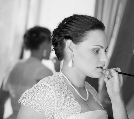 estilista: ofertas de maquillaje estilista de novia Foto de archivo