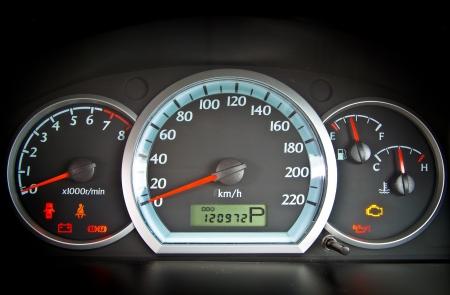 velocímetro: cerca de la imagen del tablero de instrumentos iluminado del coche