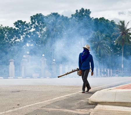 dengue: uomo appannamento per prevenire la diffusione della febbre dengue in Thailandia