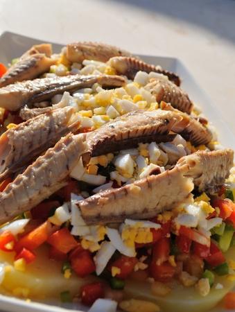 nutrientes: Ensalada sana, colorido y fresco, lleno de nutrientes de todo tipo. Ingredientes principales: caballa, cocido pimienta, patatas, huevos y aceite de oliva