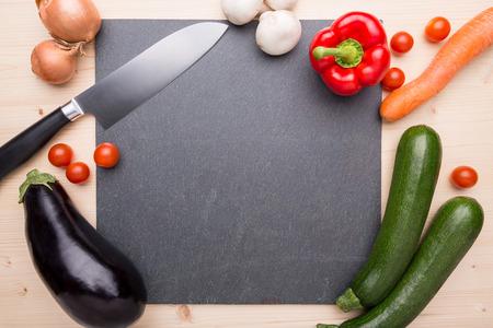 スレートの皿の上の料理アイテム 写真素材
