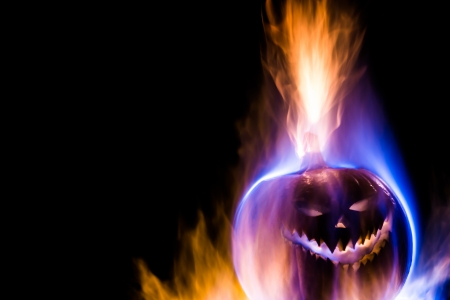 samhain: Un jack-o-linterna rodeada de llamas azules, amarillas y p�rpuras