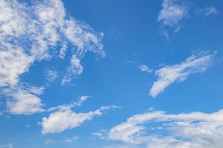 Blauwe lucht met witte wolken van een zonnige dag. Achtergrondafbeelding, een plek om tekst te schrijven.