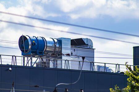 Système de ventilation d'air sur le toit d'un bâtiment industriel. La technologie. Réparations.