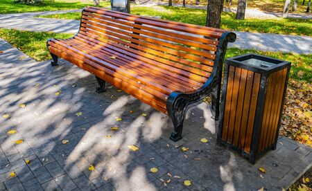 Wooden bench in a public park. Recreation. Zdjęcie Seryjne