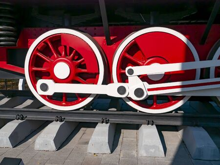 Red wheels of an old railway locomotive. Retro transport. Transport. Stockfoto