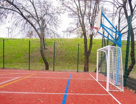 游戏的运动场在公园。足球,篮球,排球,手球。