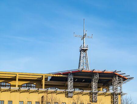 Helikopterplatform op het dak van een gebouw met een blauwe achtergrond. Technologie. Achtergrond afbeelding. Plaats voor tekst.
