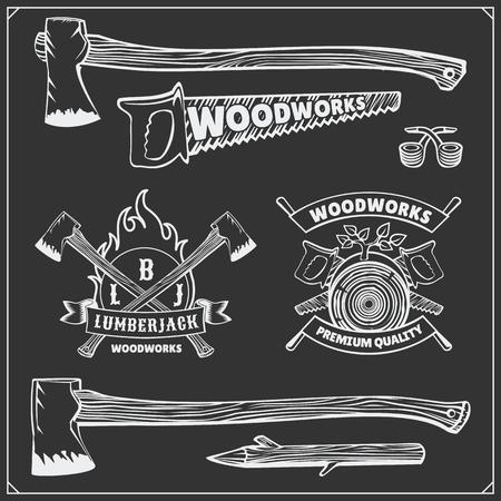 Vector set vintage houthakker logo's, etiketten, emblemen en ontwerpelementen. Bijlen en zagen. Stock Illustratie