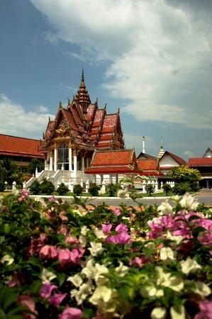 yai: Tempio buddista in Hat Yai Thailandia con i fiori sbocciano davanti