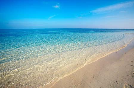 onbewoond: Zand tropisch strand op onbewoond eiland, Malediven Stockfoto