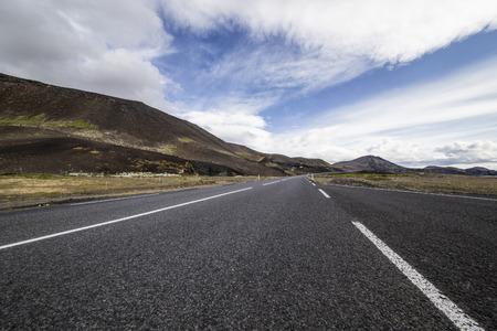 on the lonely road: Das Bild zeigt eine einsame Straße. The picture shows a lonely road.