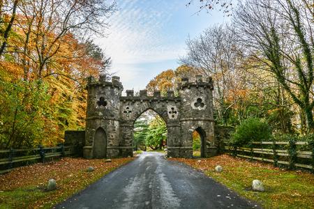De poort van Winterfell. Game of Throne-filmlocatie. De poort van het de herfstpark van Tollymore-park, Belfast, Noord-Ierland Stockfoto - 84392956