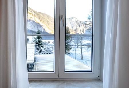 Une vue de la fenêtre regarde dehors pour voir le paysage couvert de neige blanche Banque d'images - 93896266