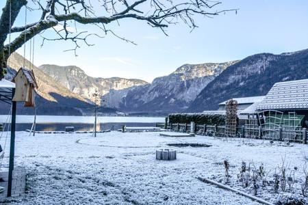 Paysage d'hiver de maisons couvertes de neige au bord du lac Hallstatt, Autriche Banque d'images - 91830501