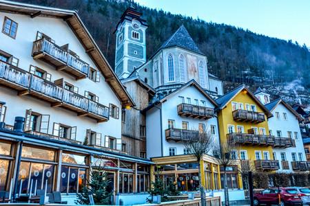 Belle et animée ville historique au bord du lac Hallstatt, Autriche, Europe Banque d'images - 92632262
