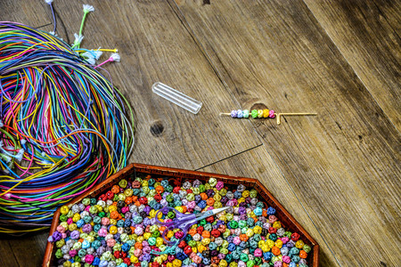 Boîte à outils de nouage traditionnel coréen, aiguille à nouer et cordons colorés sur plancher en bois Banque d'images - 93143893