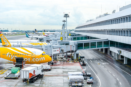 Airline cargo shipping, terminal building and airport runway operation, Changi International Airport, Singapore, October 2018 Banque d'images - 129999947