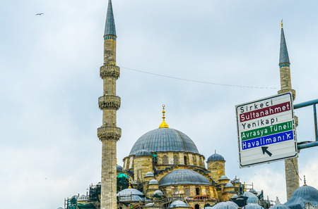 Road signboard with beautiful Turkish mosque background. Travel Istanbul background. Banque d'images - 134445373