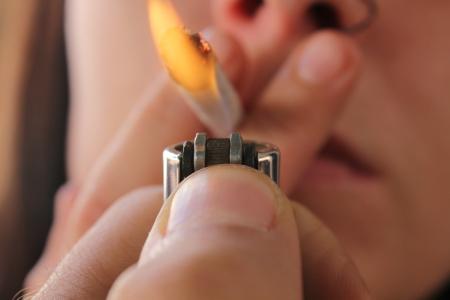 tabaco: La mujer encendió un cigarrillo Foto de archivo