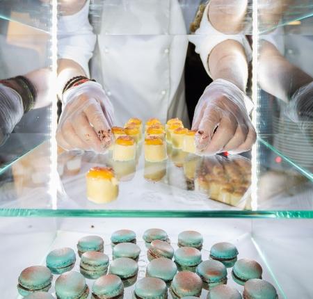 expositor: Las manos de un chef de pastelería Foto de archivo