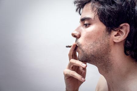 persona fumando: Perfil de una persona que fuma