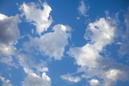 luz natural: Cielo azul con nubes Foto de archivo