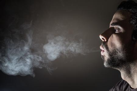 person smoking: Perfil de una persona que fuma