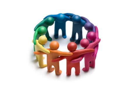figuras humanas: Multicolores figuras de plastilina humanos sobre un fondo blanco